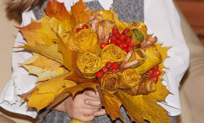 fall-leaf-crafts-kids-rose-bouquet-maple-leaves-berries