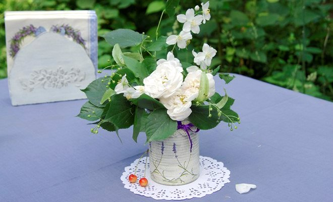 table-decorating-ideas-french-provence-purple-table-cloth-decoupage-tin-can-white-roses