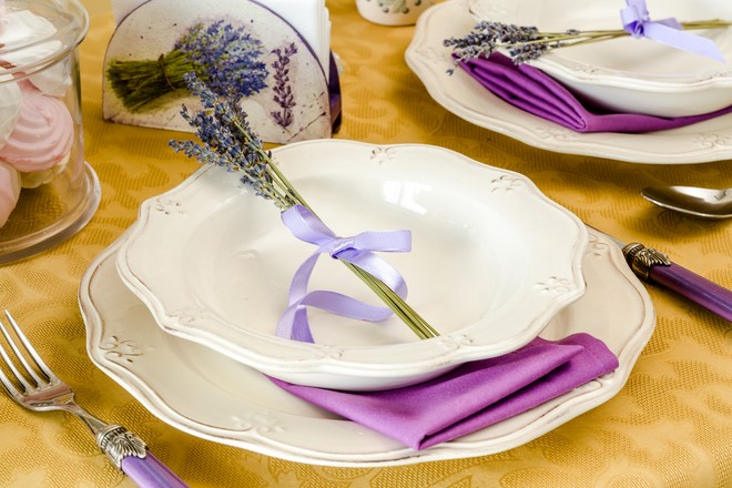 kitchen table decoration sprig of lavender table decorating ideas purple shades motifs