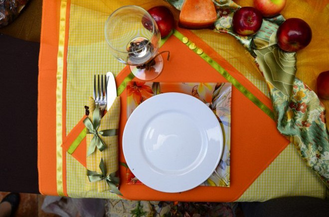 thanksgiving-table-decorations-dinner-cuttlery-wrapped-fabric-napkin