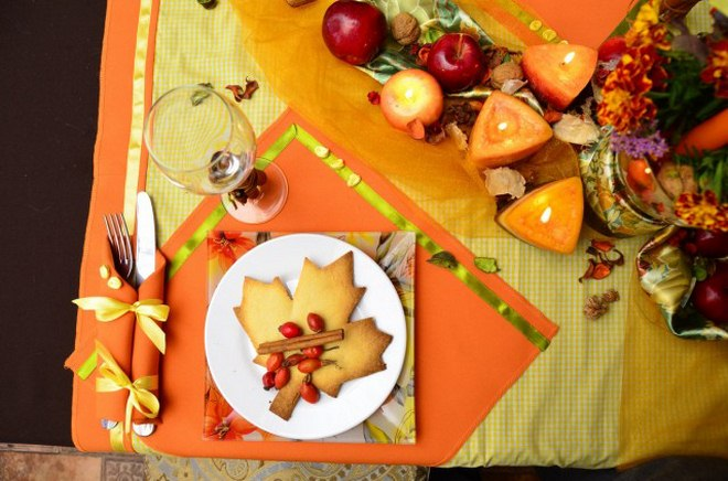 thanksgiving-table-decorations-dinner-setting-autumn-leaf-shaped-cookie-plate