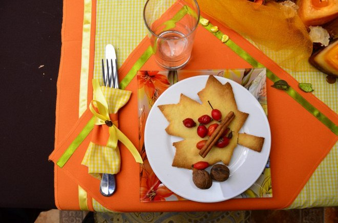 Thanksgiving table decorations -lunch-yellow-napkin-yellow-satin-ribbon