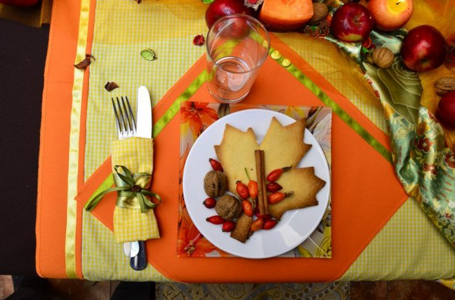 Thanksgiving table decorations lunch-yellow-plaid-napkin-green-ribbon