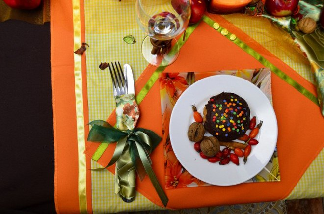 thanksgiving-table-decorations-setting-satin-fabric-wrapped-cutlery
