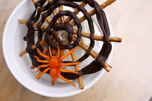 halloween-kids-desserts-spiderwebs-orange-spider-decor