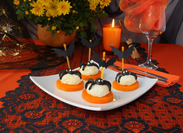 table-decorating-ideas-halloween-appetizers-black-olives-spiders