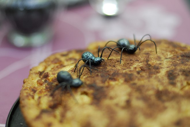 Table decorating ideas for Halloween black-spiders-pancakes
