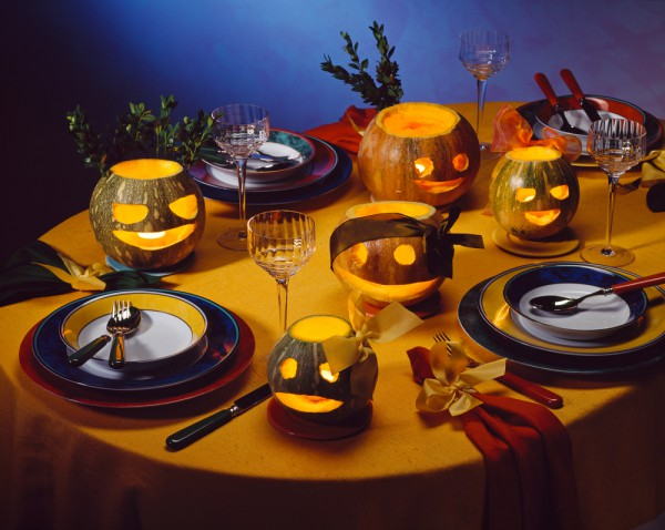 table-decorating-ideas-halloween-carved-pumpkins-tealights