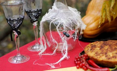 table-decorating-ideas-halloween-cloth-spider-wine-carafe