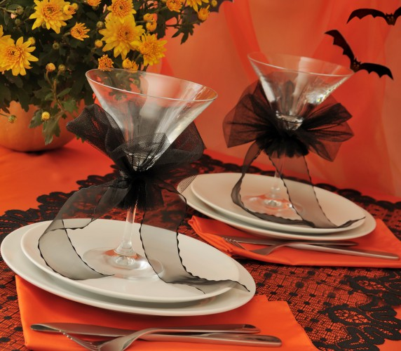 Table decorating ideas for Halloween martini-glasses-black-ribbons