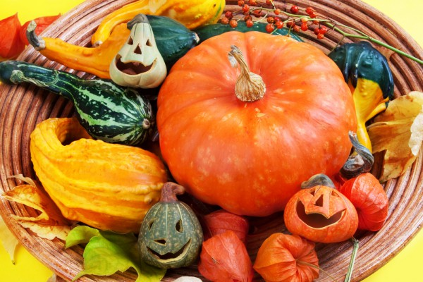table-decorating-ideas-halloween-ornamental-pumpkins-bowl