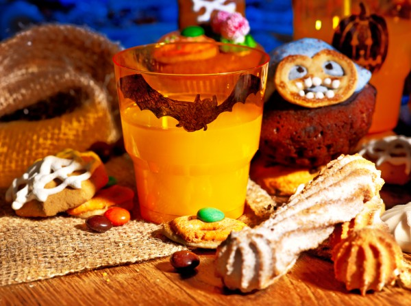 Table decorating ideas for Halloween plastic-orange-cups-bat-marker