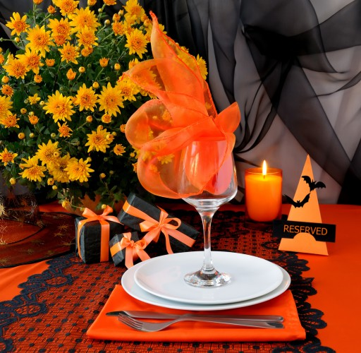 table-decorating-ideas-halloween-wine-glass-orange-tulle