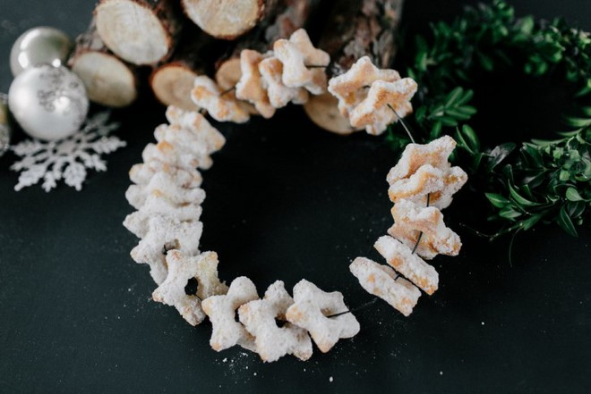 Christmas food gifts make-diy-wreath-cookies-with-rum-and-powdered-sugar
