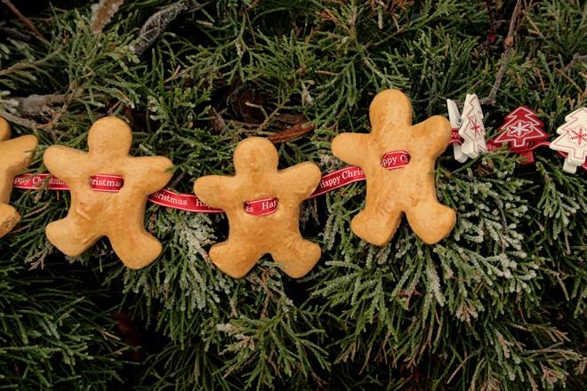 christmas-food-gifts-make-gingerbread-christmas-tree-garland