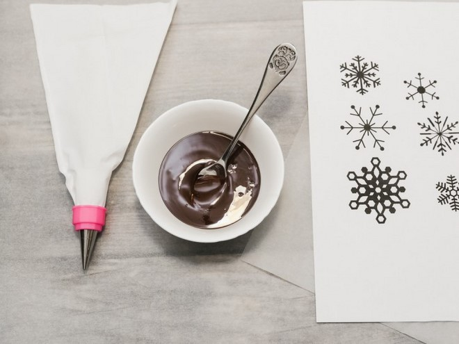Christmas food gifts melted-chocolate-piping-bag-and-snowflake-paper-template