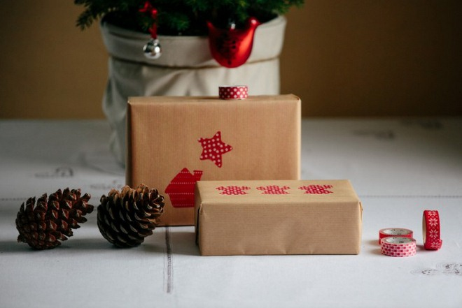 christmas-gift-wrapping-ideas-brown-paper-red-washi-tape-shapes