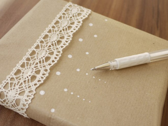 christmas-gift-wrapping-ideas-crochet-ribbon-white-points-pen