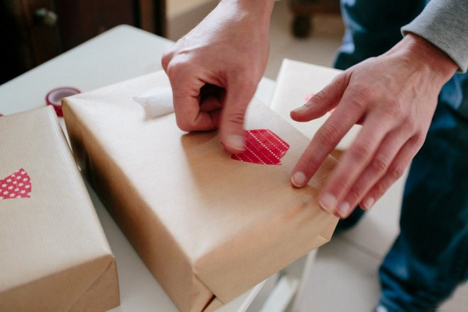 christmas-gift-wrapping-ideas-easy-brown-paper-red-washi-tape-decor