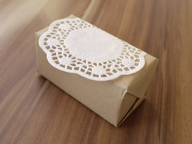 christmas-gift-wrapping-ideas-easy-brown-paper-white-doilies