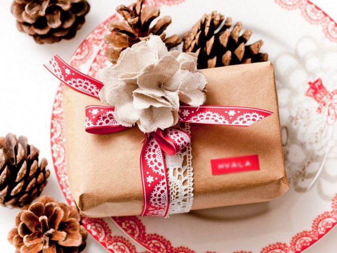 christmas-gift-wrapping-ideas-easy-red-white-ribbons-linen-fabric