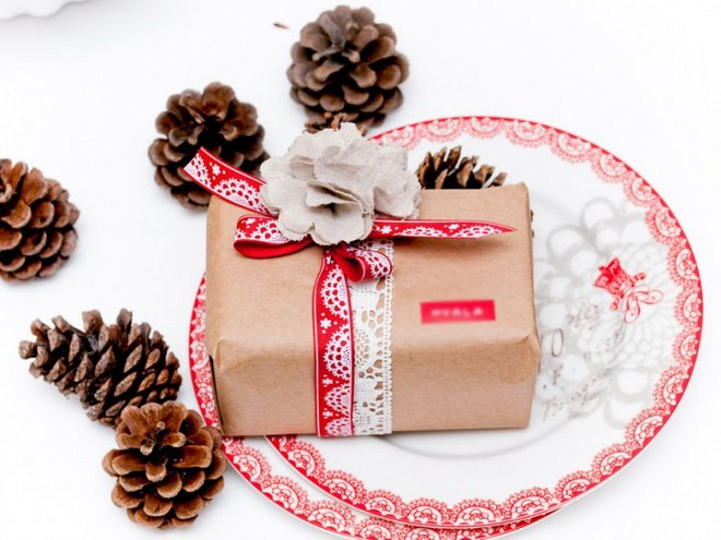 christmas-gift-wrapping-ideas-kraft-paper-red-white-ribbon-linen-flower
