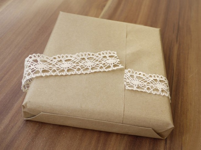 Christmas gift wrapping ideas vintage-brown-paper-crochet-ribbon