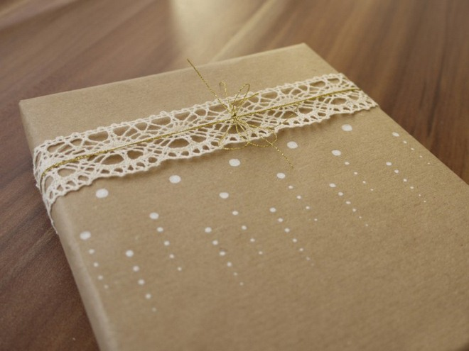christmas-gift-wrapping-ideas-vintage-brown-paper-white-dots-crochet-ribbon