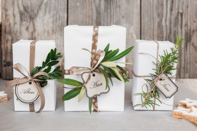 christmas-gift-wrapping-ideas-white-paper-brown-ribbon-jute-twine-green-sprigs