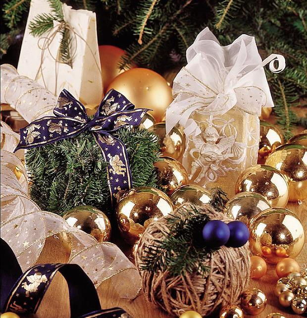 christmas-gift-wrapping-ideas-evergreen-branches-gift-boxes-jute-twine-ball