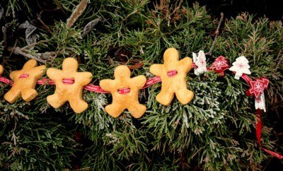 homemade-christmas-food-gingerbread-men-garland-christmas-tree