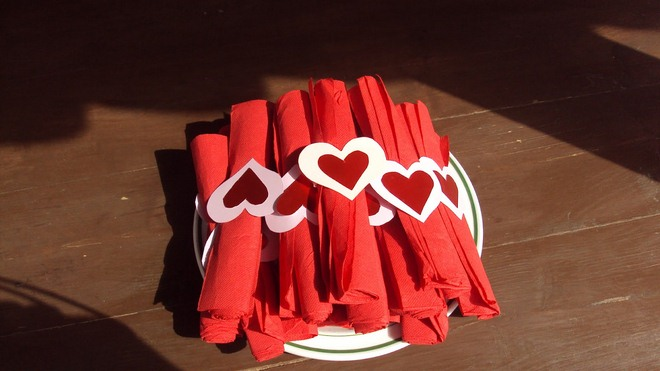 diy-valentines-crafts-table-decor-red-napkin-heart-paper-rings