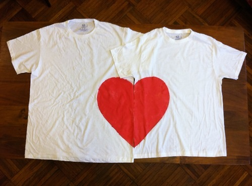 DIY Valentine's gifts t-shirts-couple-fabric-paint-heart-pieces