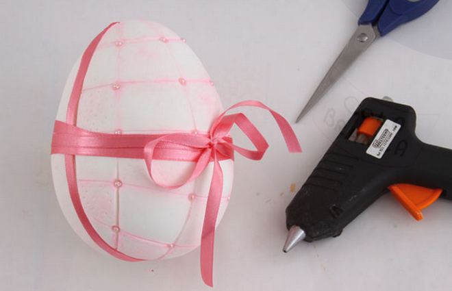 diy-easter-craft-ideas-styrofoam-egg-hot-glue-gun-pink-satin-ribbon