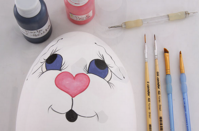 diy-easter-craft-ideas-styrofoam-egg-paint-face-thin-brushes
