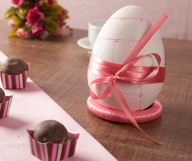 DIY Easter craft ideas styrofoam-egg-pink-ribbon-embossed-lines