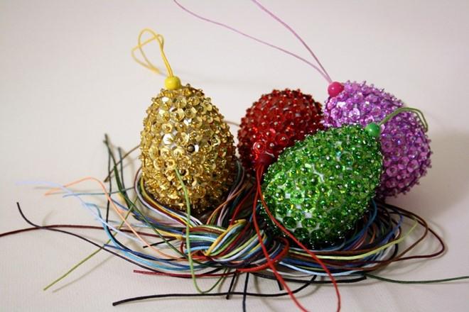 diy-easter-craft-ideas-styrofoam-egg-tree-ornaments-purple-green-red-gold-sequins