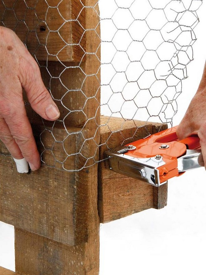 outdoor pallet furniture chicken wire fixing upholstery stapler