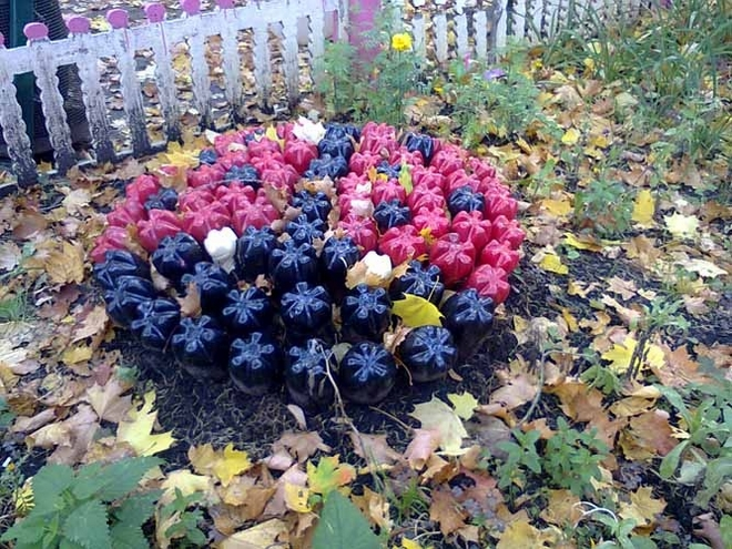 plastic-bottles-crafts-ideas-backyard-ladybug-black-red-painted