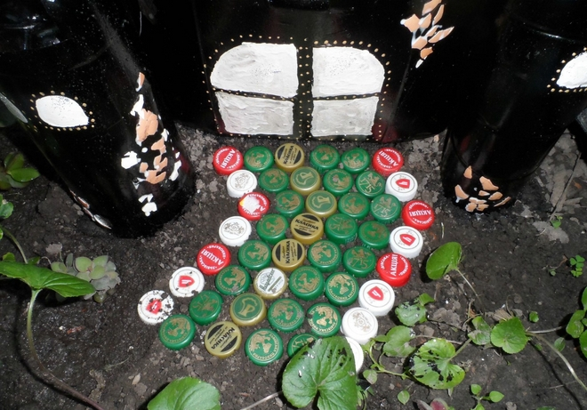 plastic-bottles-crafts-ideas-castle-bottle-caps-entrance-way