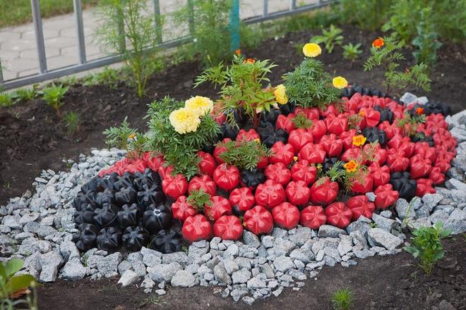plastic bottles crafts ideas garden ladybug tegetes flowers - Garden Decorations
