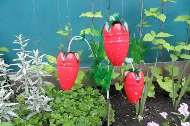 plastic-bottles-crafts-ideas-garden-red-strawberries