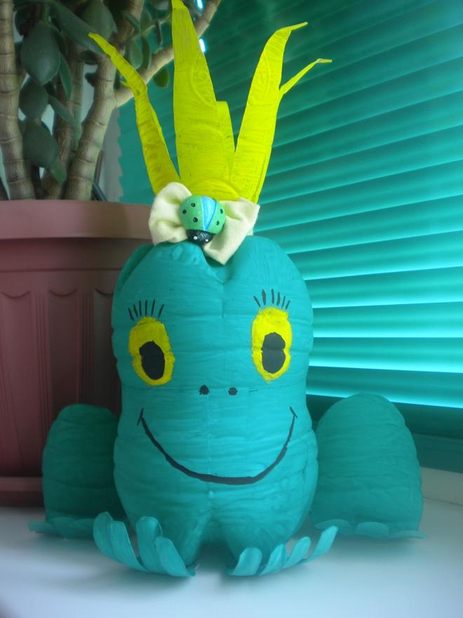 plastic-bottles-crafts-ideas-green-frog-smiling-face