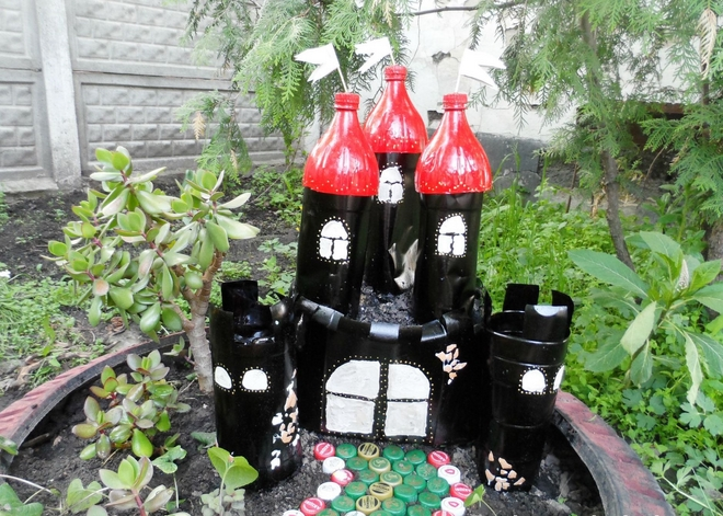 plastic-bottles-crafts-ideas-kids-playground-backyard-black-red-towers
