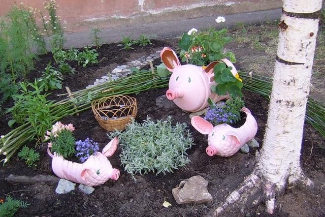 plastic-bottles-crafts-ideas-pigs-garden-herbs-different-sizes