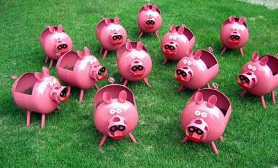 plastic-bottles-crafts-ideas-pigs-green-lawn