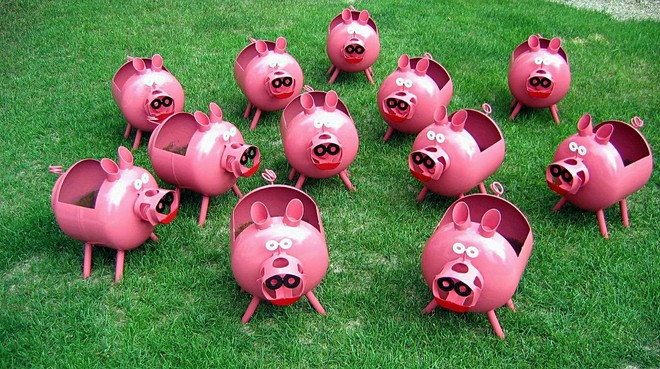 plastic-bottles-crafts-ideas-pigs-green-lawn