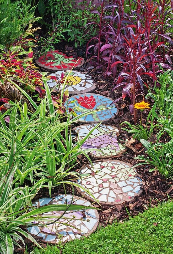 homemade-garden-decorations-old-ceramic-vessels-diy-mosaic-path
