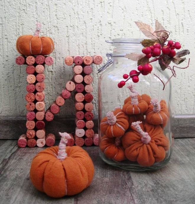 recycled-sweater-pumpkins-fall-decor-glass-jar-berries