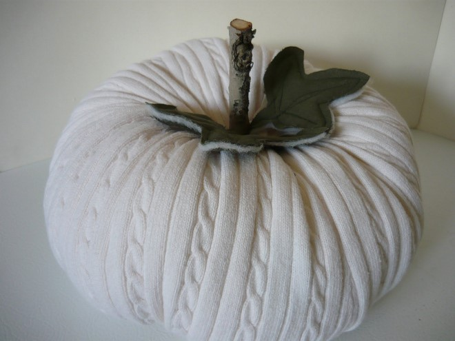 sweater-pumpkin-white-old-sweater-felt-leaf-twig